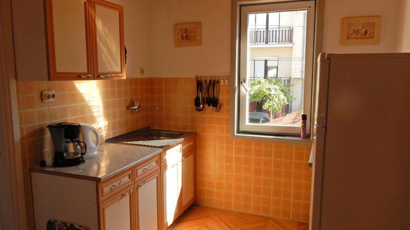 Keuken boven met oven, magnetron, kookplaat en koelkast