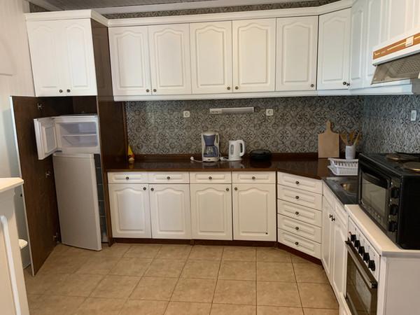 Ruime keuken met koelkast, kookstel