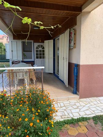 Overdekt terras aangrenzend aan slaapkamer en keuken