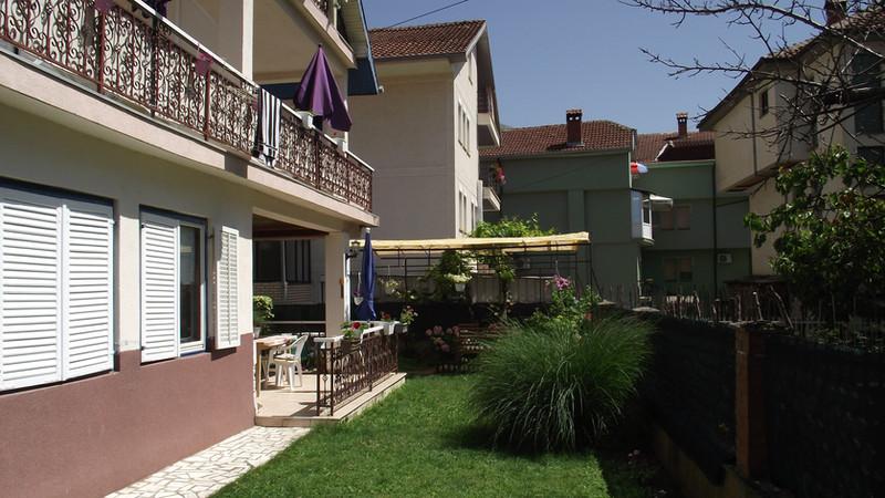 Het huis is omgeven door een mooie tuin met 3 terrassen