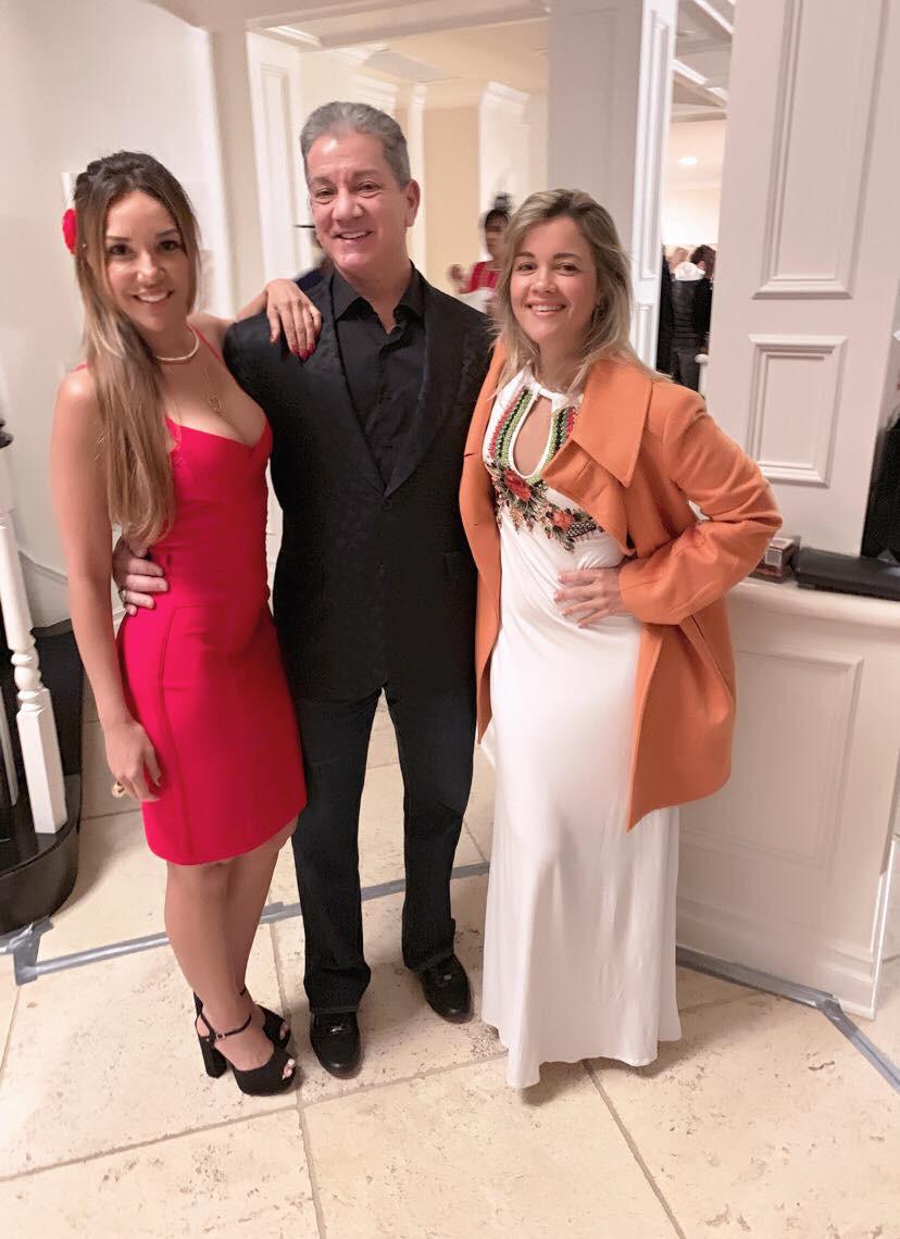 Carolina Brasil, sua irmã Diana e o famoso apresentador de UFC, Bruce Buffer.