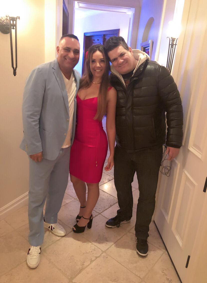 Carolina Brasil ao lado do comediante Russell Peters e Rigan Machado