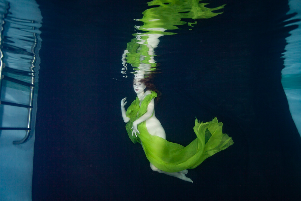 Matt McGee uses a black backdrop for underwater photography