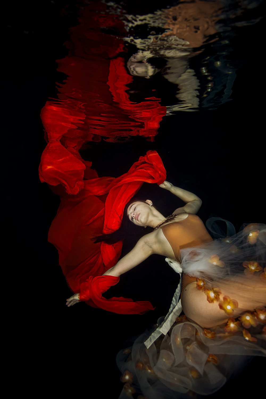 Matt McGee photgraphing underwater model Micael Leigh