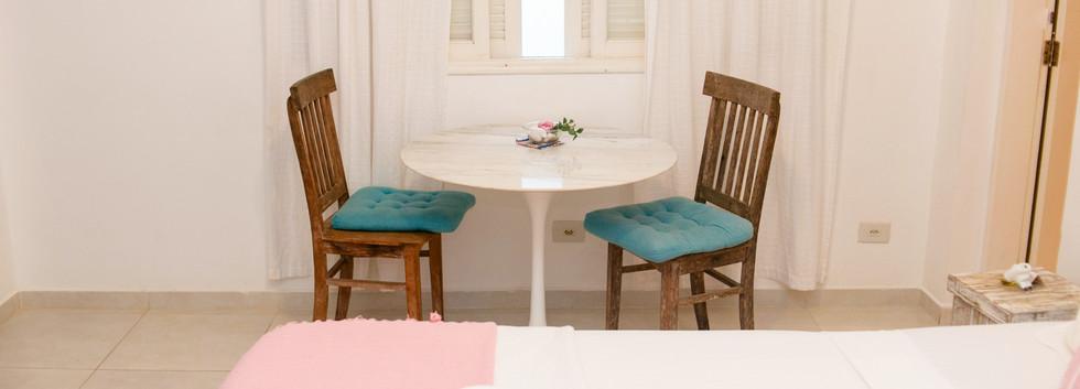 Suite Morango com mesa e cadeiras