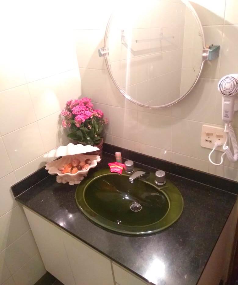 banheiro privativo com secador de cabelo
