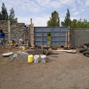 Bau des Tors dank der Spende des Lions-Clubs Bonn Beethoven im Juni
