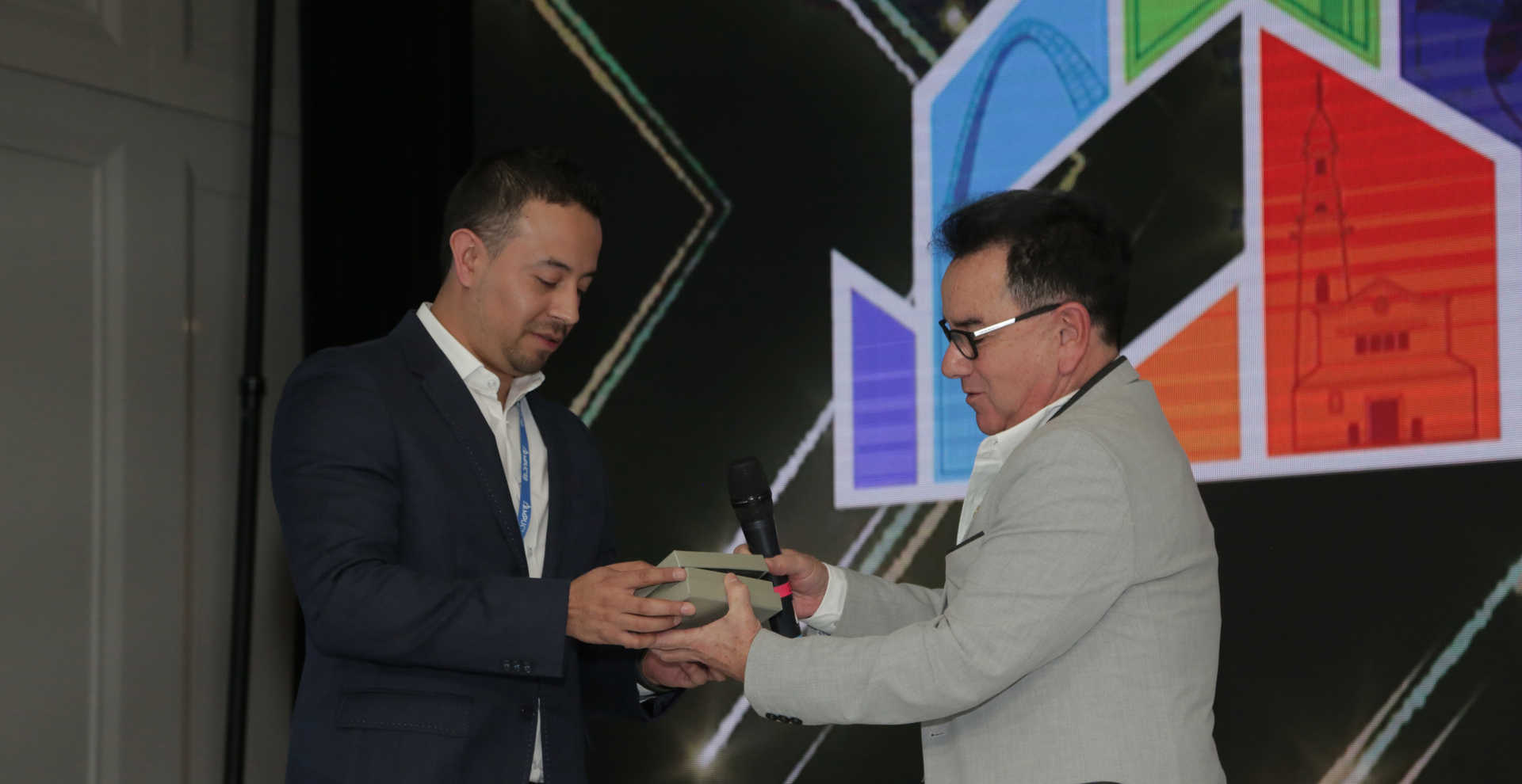 Oscar Cabrera recibe premio de Luis Lepage - Monitor Plus User Conference 2019
