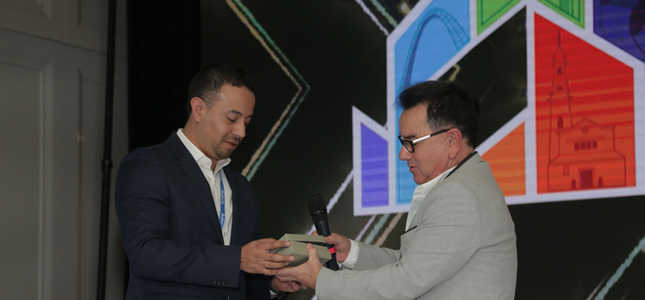 Oscar Cabrera recibe premio de Luis Lepage - Monitor Plus User Conference 2019