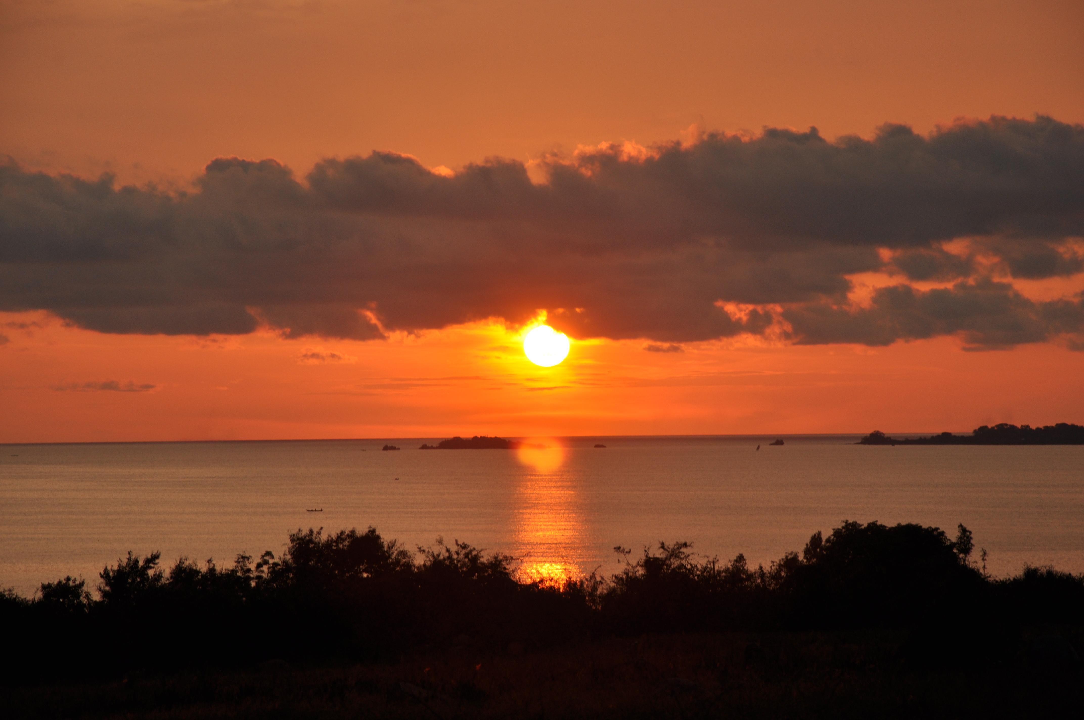 sunset-over-lake-victoria_11429816714_o