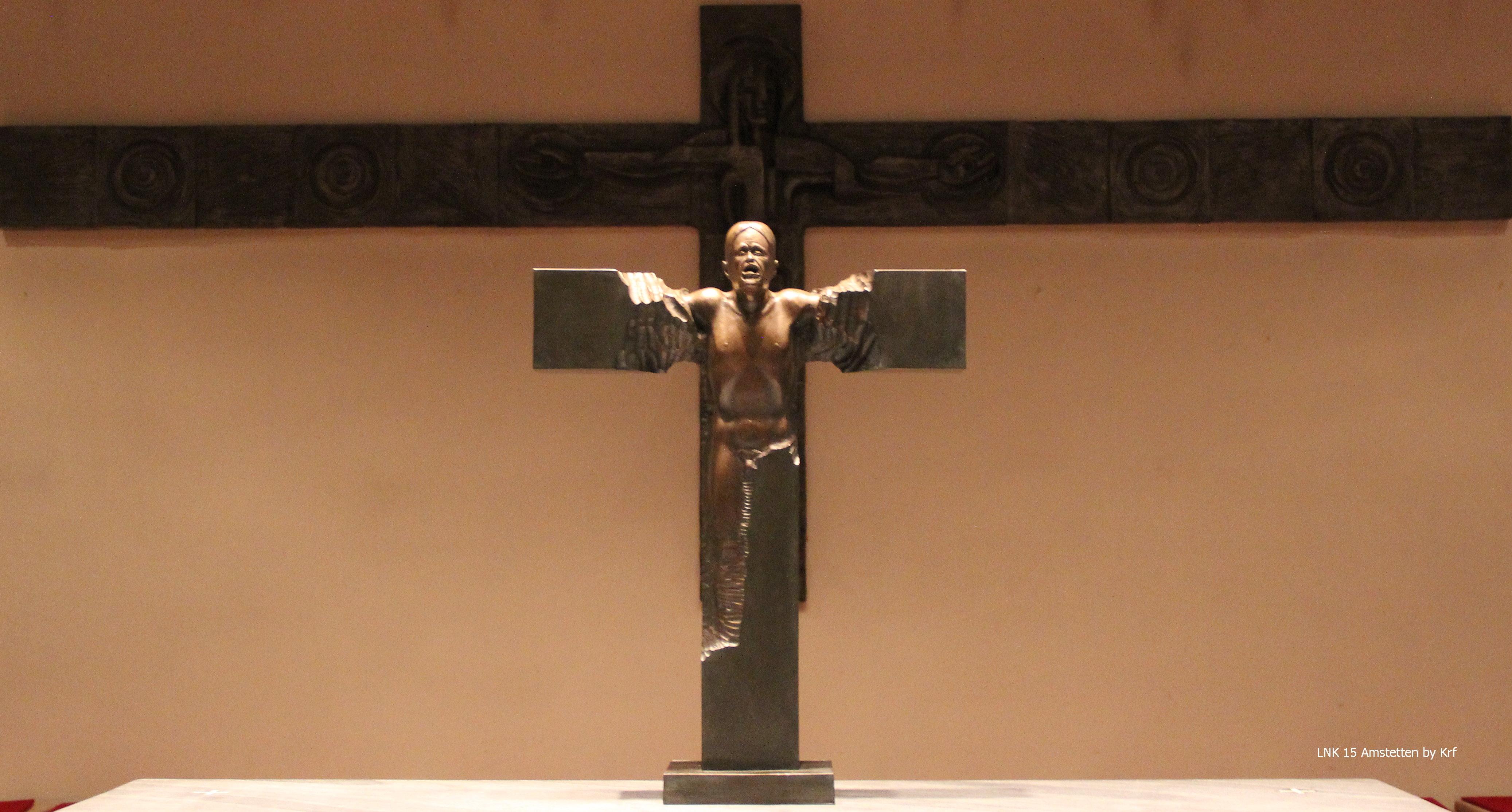 Mensch im Kreuz vor dem Kreuz in St. Marien.jpg