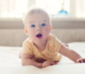 bébé joyeux heureux