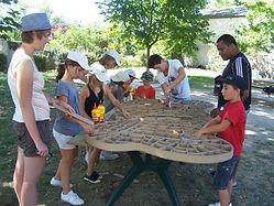 ateliers collectifs de formation à la fabrication de meuble en carton et création en papier mâché