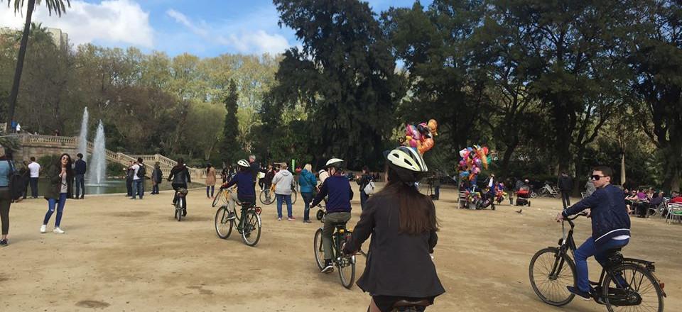 Andar en bicicleta por el parque
