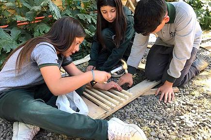 Niños construyendo con madera
