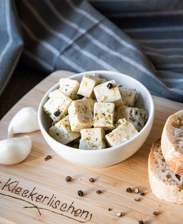 Veganer Feta in Kräuter-Marinade