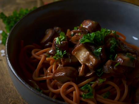 Rote Linsen Spaghetti mit Pilzsoße