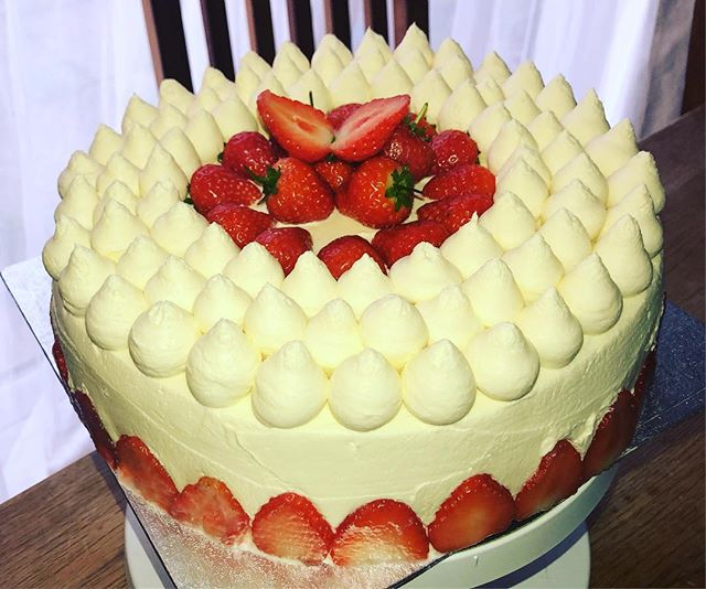 Genoise cake with whipped cream frosting