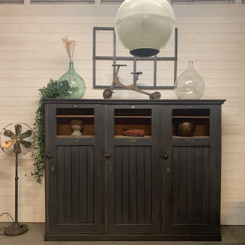 armoire ancienne d'atelier médical