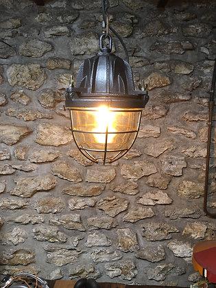 Ancienne lampe d'usine en fonte et verre épais