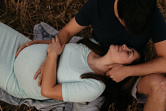 relaxed maternity photographer
