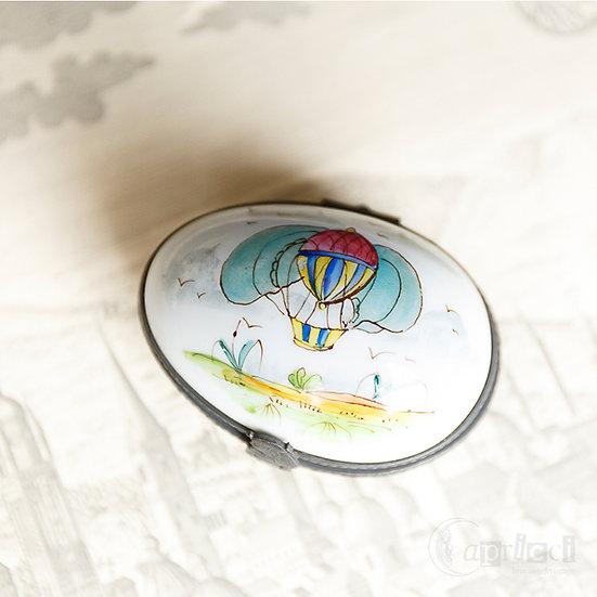 卵型のアンティークのピルケース 気球モティーフ