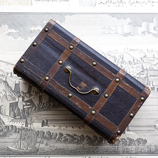 フランスの鍵つきのアンティークの箱
