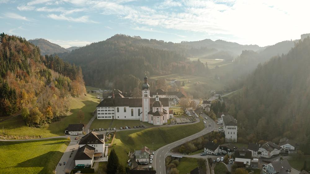 Kloster Fischingen mit dem Laufgelände des Hörnli Trail 1133 im Hintergrund.