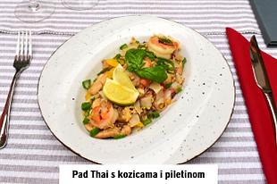 azijska hrana pad thai s kozicama i piletinom za večeru u restoranu u Vodicama