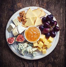 44807401-kaas-bord-geserveerd-met-druive