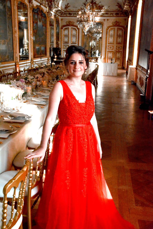robe rouge, reception, wedding, table, decor, historique, chantilly, palais, chateau, fille