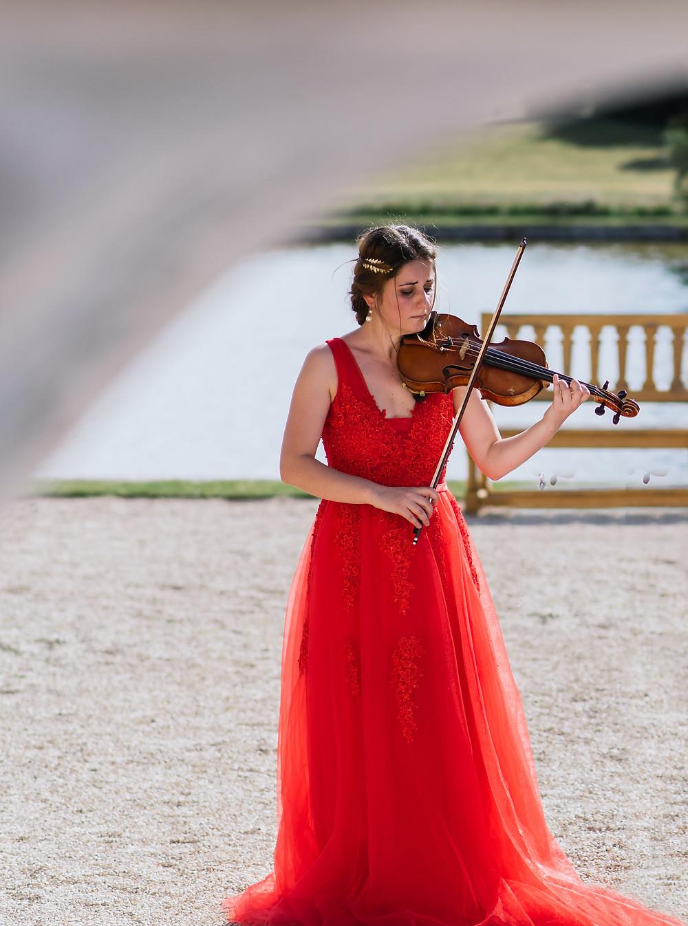 Wedding in Chateau de Chantilly, domaine de chantilly, violoniste, robe, violon, corde, emmotions, event, girl, paris, picardie, exterieur, photo, skripachka v parije, parisienne