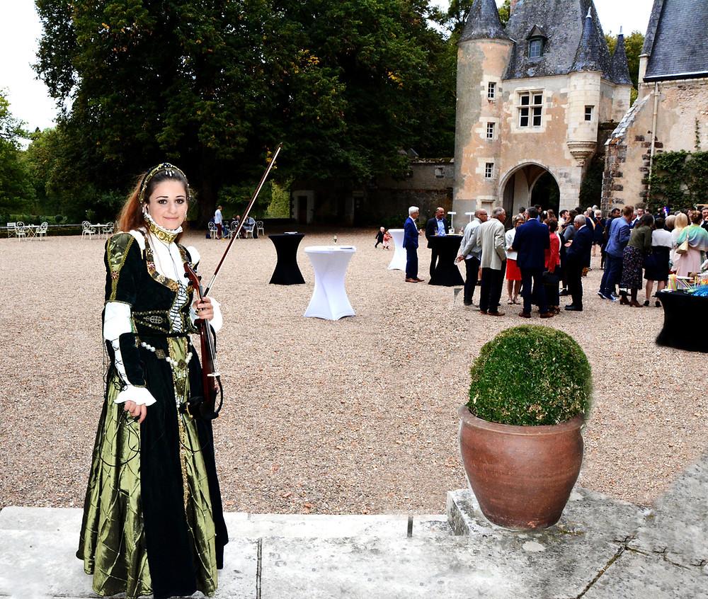 renaissance period costume, violinist ,castle loire , wedding music, renaissance, musique mariage france, orchestre mariage, vin d'honneur musique, cocktail music, party, string