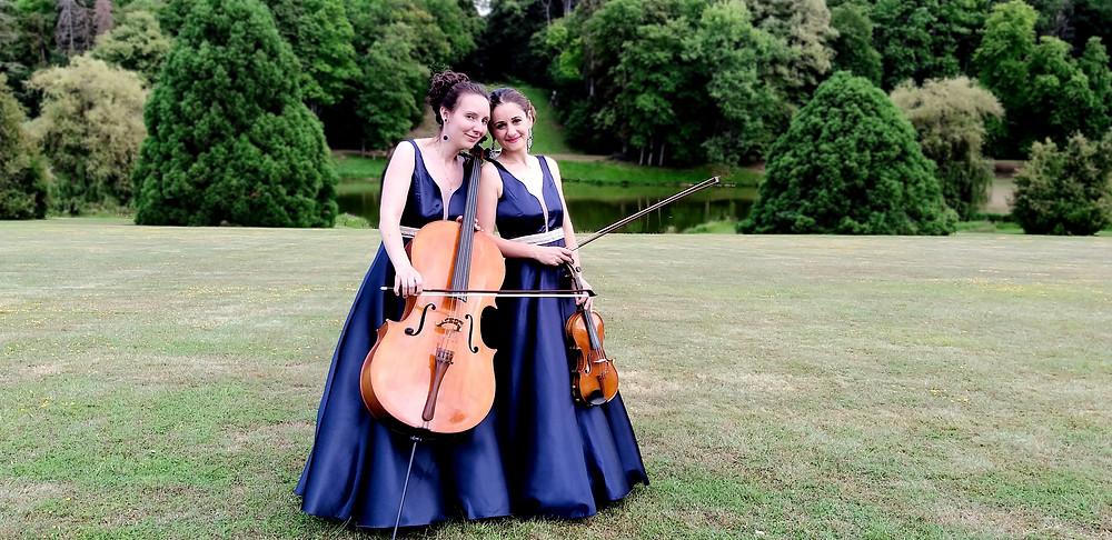 Elegant mariage, violoniste, violoncelliste, mariage, chateau, parc, ceremonie laique, concert classique, musicienne classique, orchestre classique, mariage, robe bleu