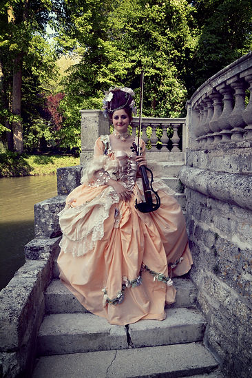 Marie-Antoinette costume historique, violoniste en costume d'époque, 18ème siècle, concert classique, violoniste éléctrique, musicienne château, robe haute couture, wedding violinist paris, wedding music band in france, reception music, cocktail music, ermenonville