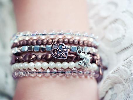 Astuce pour bien fermer vos bracelets élastiques.