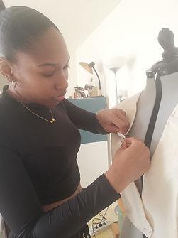Styliste qui travaille sur un mannequin de couture avec le tissu