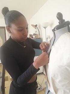 Styliste qui travaille sur un mannequin de couture