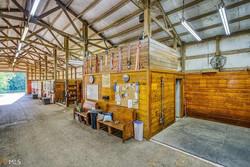 Barn isle/ grooming bays