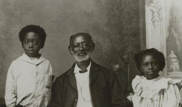 Kwasi Boachi met zijn kinderen