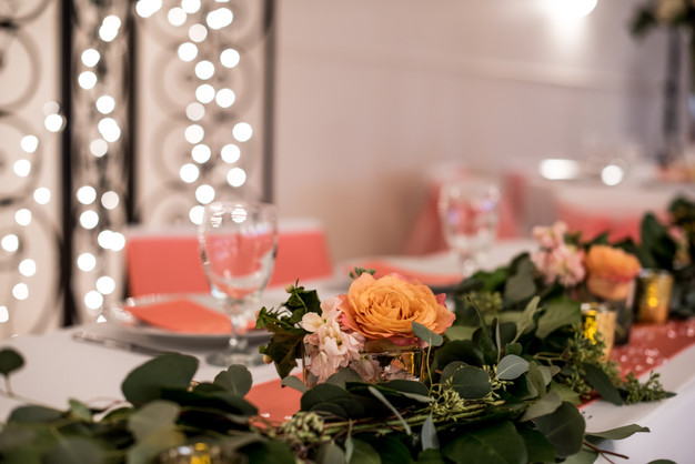Sweetheart table with a stunning garland.