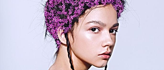 Modèle avec des fleurs dans ses cheveux