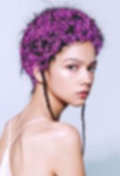 Model s květinami ve vlasech