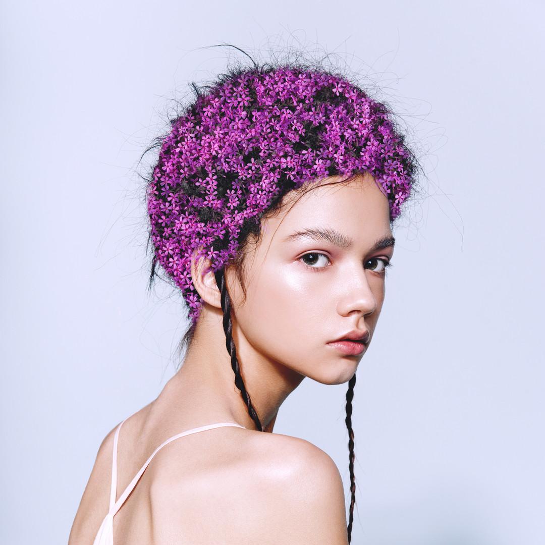 Модель с цветами в волосах