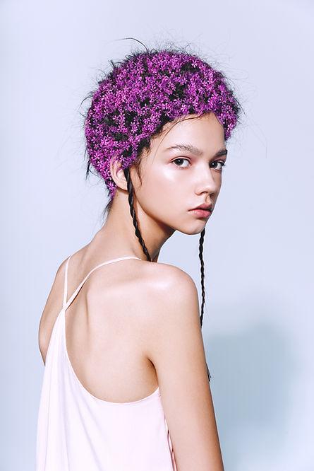 髪に花を持つモデル