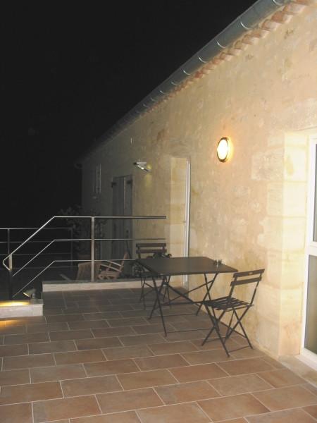 Une petite terrasse devant la chambre