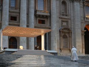 A chuva, o entardecer e o vazio versus o Papa, Maria e o Cristo Milagroso