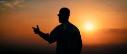 O sol sobe o céu, do lado leste...