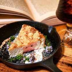 … 『桜のクランブルチーズケーキ』 … 生地全体に桜あんを混ぜ込み、所々にも。
