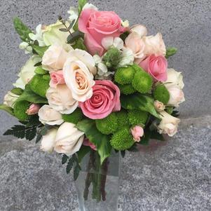 Ramo de rosas y verdes